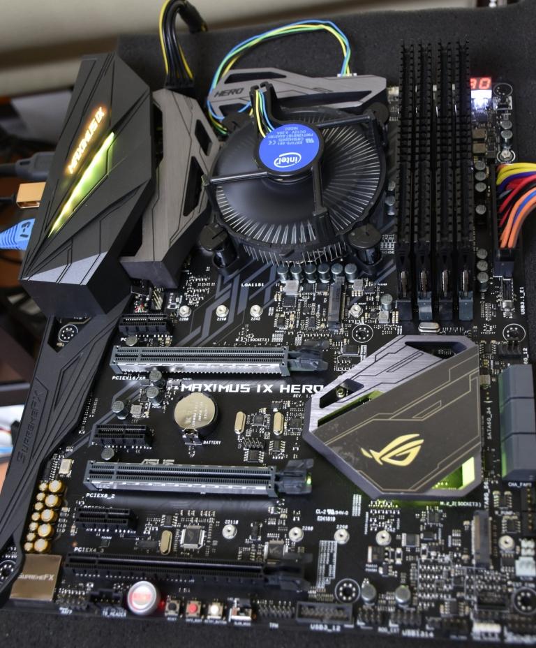 華碩(ASUS)在這次搭配第七代Intel Core i3/i5/i7處理器(代號Kaby Lake-S)所推出的Intel 200系列晶片組之主機板產品中,總共規劃出ROG、STRIX、TUF、PRIME的系列,以滿足各式消費者的需求。這款ROG Maximus IX Hero主機板,主打重度玩家市場,在設計上採用黑色配色主題,與Formula(主打水冷)、Apex(主打極限超頻)相比,這款Hero著重在高階玩家的各項需求,包含同樣可以安裝水冷散熱器,提供一體式水冷套件所需要的幫浦插頭,搭配W_IN、W