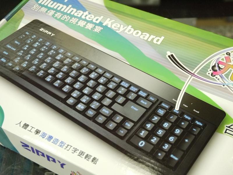 键盘兼具背光效果,有呼吸灯模式,按键提供音量控制和背光开关,实际